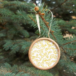 1 pc Christmas tree decoration – Antiqued wooden and textile with xmas gold pattern